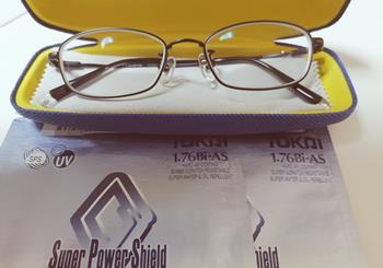 メガネの愛眼で1.76レンズのメガネを作成したメガネケースとメガネ